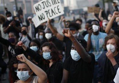 También París, la capital de Francia, arde contra la violencia policial.