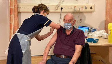 Paciente de diálisis de 82 años, primera persona en recibir vacuna de Oxford y AstraZeneca